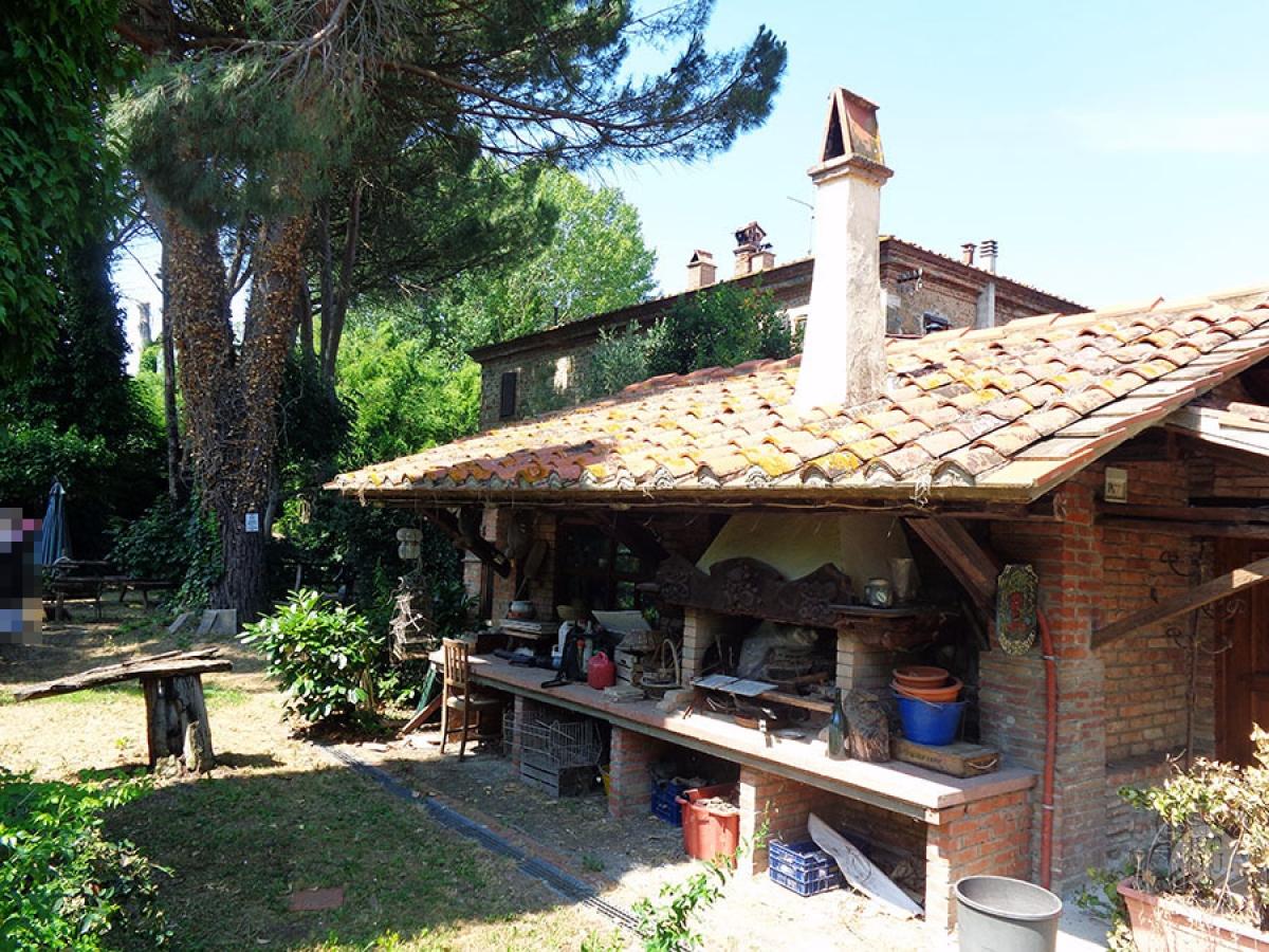 Appartamento, ristorante, terreni a MARCIANO DELLA CHIANA in Via dell'Esse 17