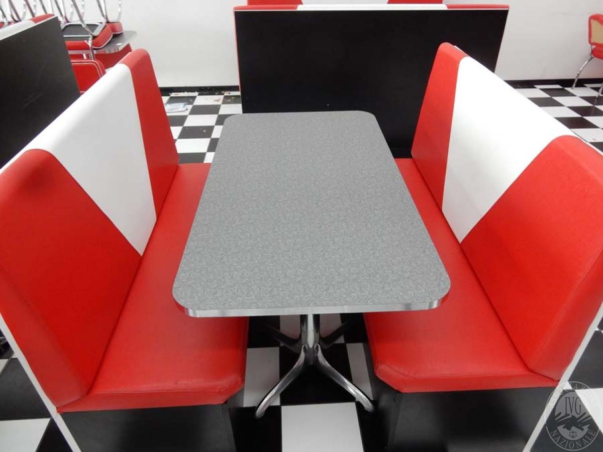 Rif. 39 + 45 C) Due panche in pelle rossa + tavolo 150 x 80  VENDITA ONLINE 8 SETTEMBRE 2020