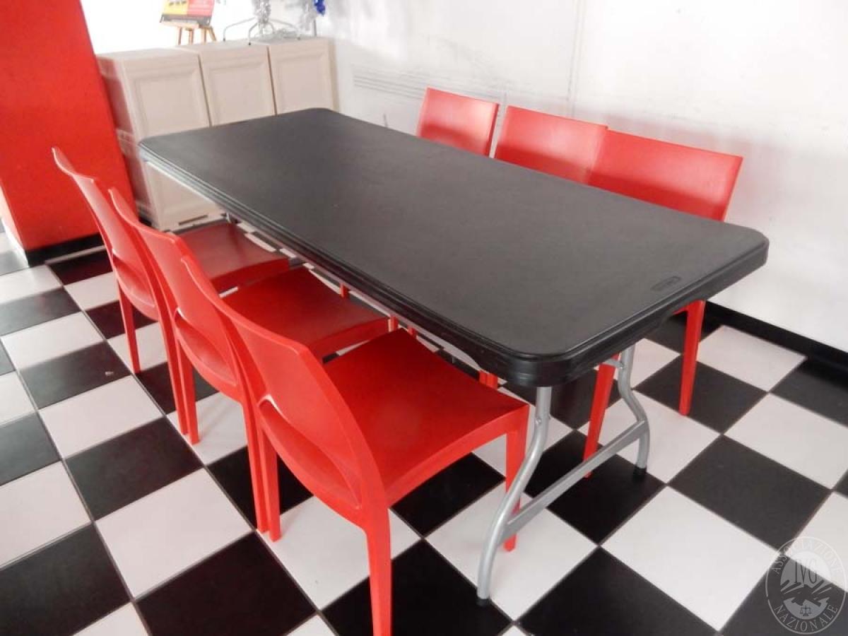 Rif. 38 + 70/1) Tavolo pieghevole + 8 sedie in plastica rossa   VENDITA ONLINE 21 LUGLIO 2020