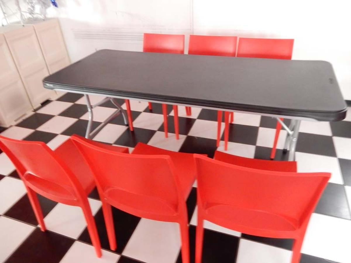 Rif. 38 + 70/2) Tavolo pieghevole + 8 sedie in plastica rossa   VENDITA ONLINE 24 LUGLIO 2020