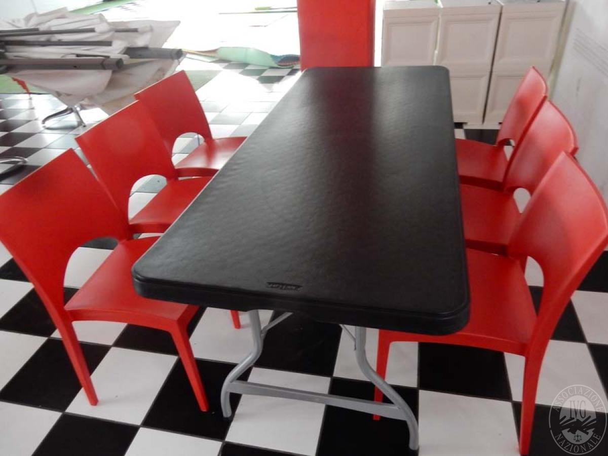 Rif. 38 + 70/3) Tavolo pieghevole + 8 sedie in plastica rossa   VENDITA ONLINE 24 LUGLIO 2020