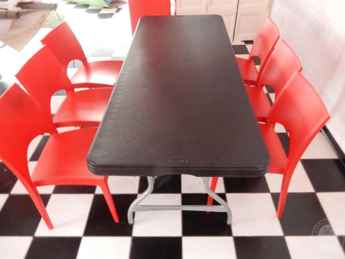 Rif. 38 + 70/4) Tavolo pieghevole + 8 sedie in plastica rossa   VENDITA ONLINE 21 LUGLIO 2020