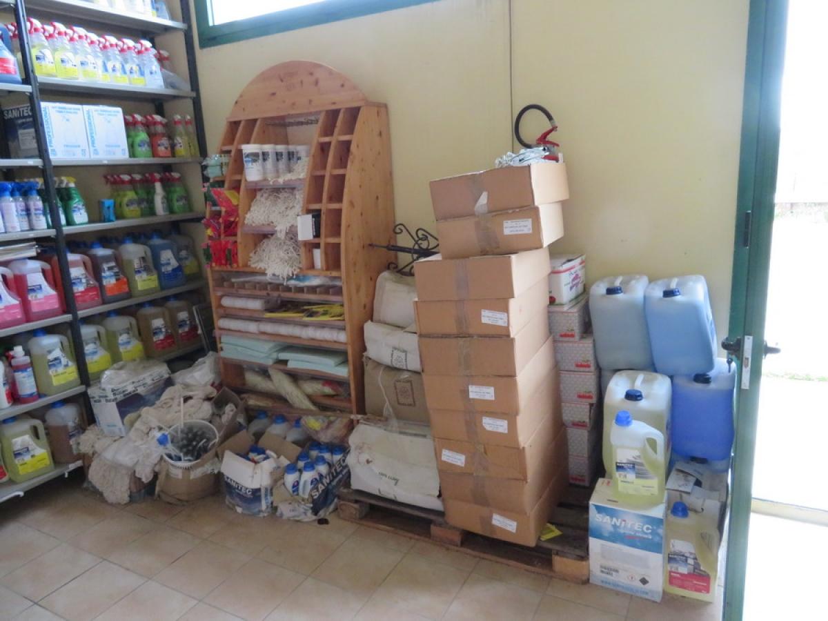 Attrezzature negozio + articoli per la pulizia, etc   VENDITA ONLINE 38