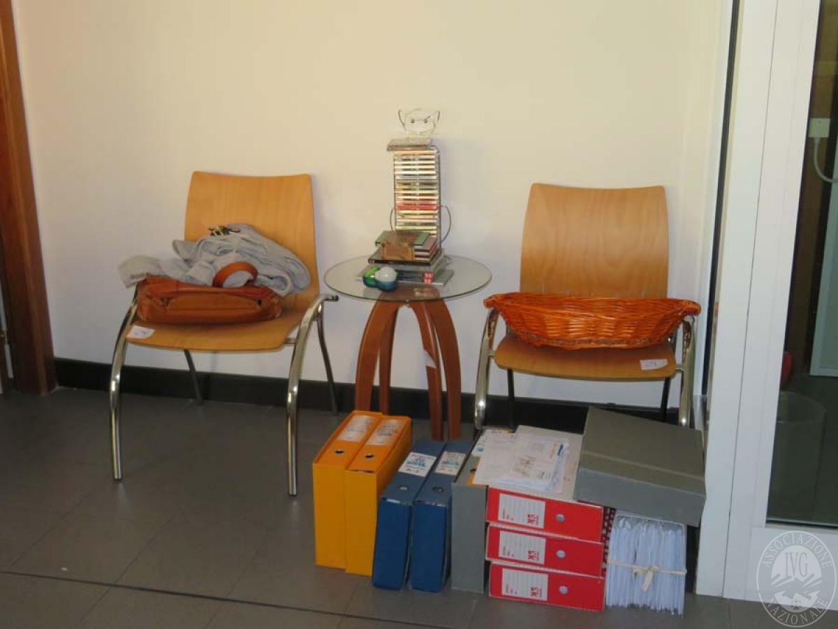 Rif. P) N. 2 sedie fisse + tavolino   VENDITA ONLINE