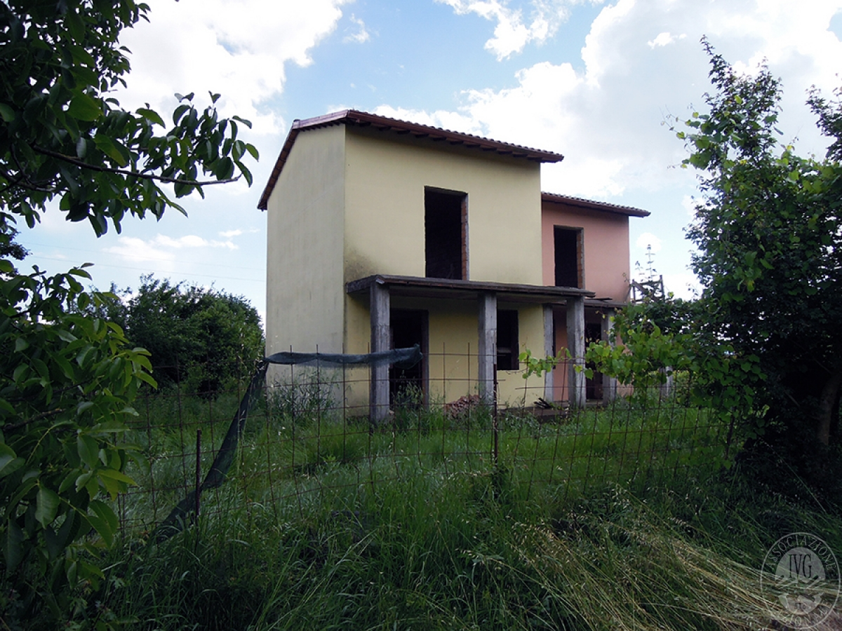 Appartamenti e terreni a FOIANO DELLA CHIANA in Via Voltura