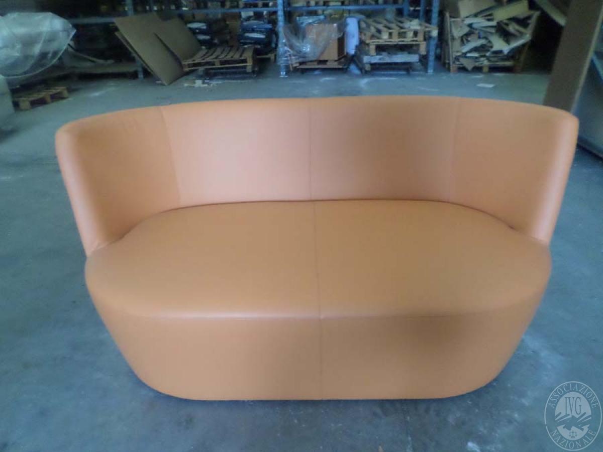 LOTTO 1: rif. 755) prototipo divano 2 posti tondo in pelle   VENDITA ONLINE
