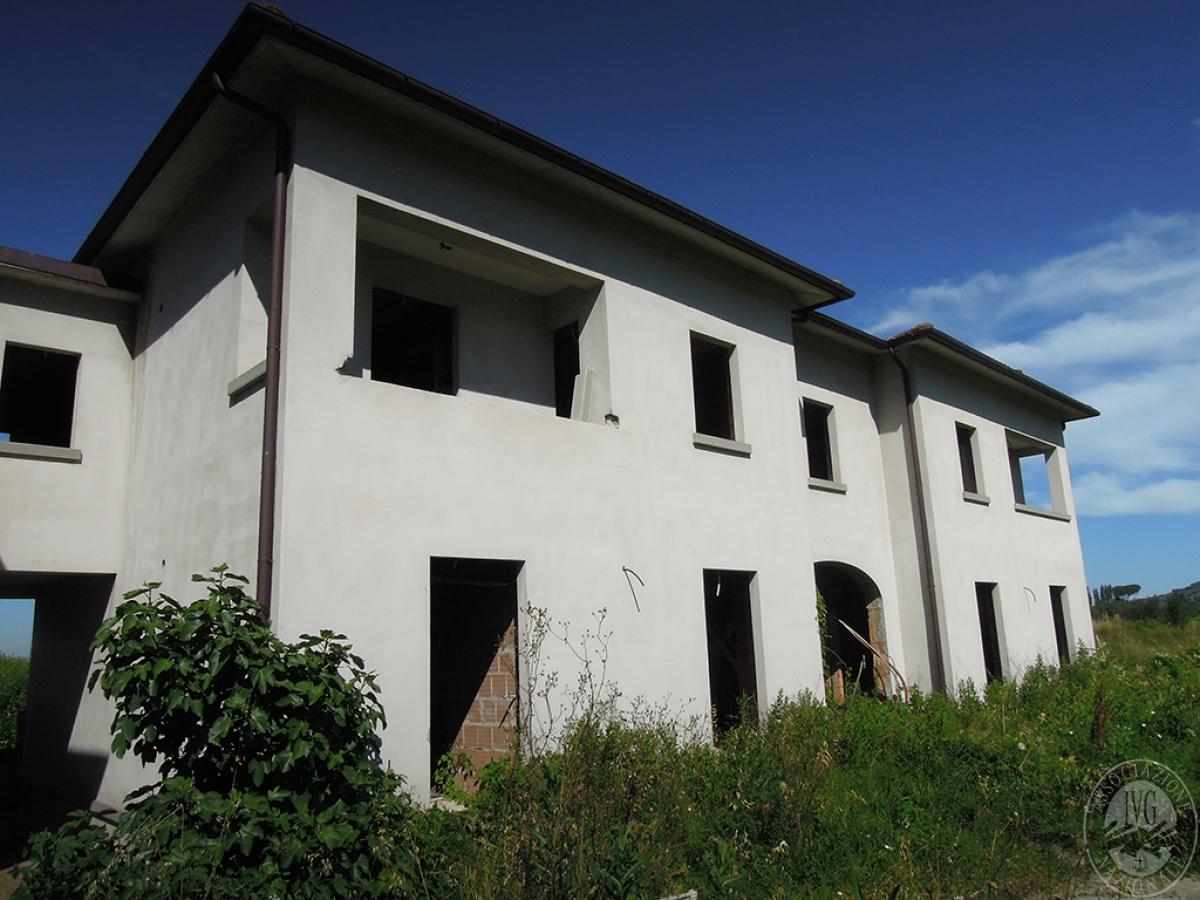 12 appartamenti e 1 terreno a CORTONA
