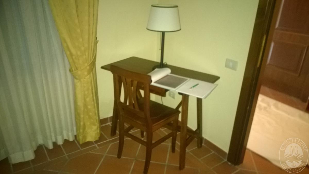 """Arredo per albergo, tavoli e sedie    VENDITA CON GARA ONLINE  """"RACCOLTA DI OFFERTE"""" 20 OTTOBRE 2020 2"""