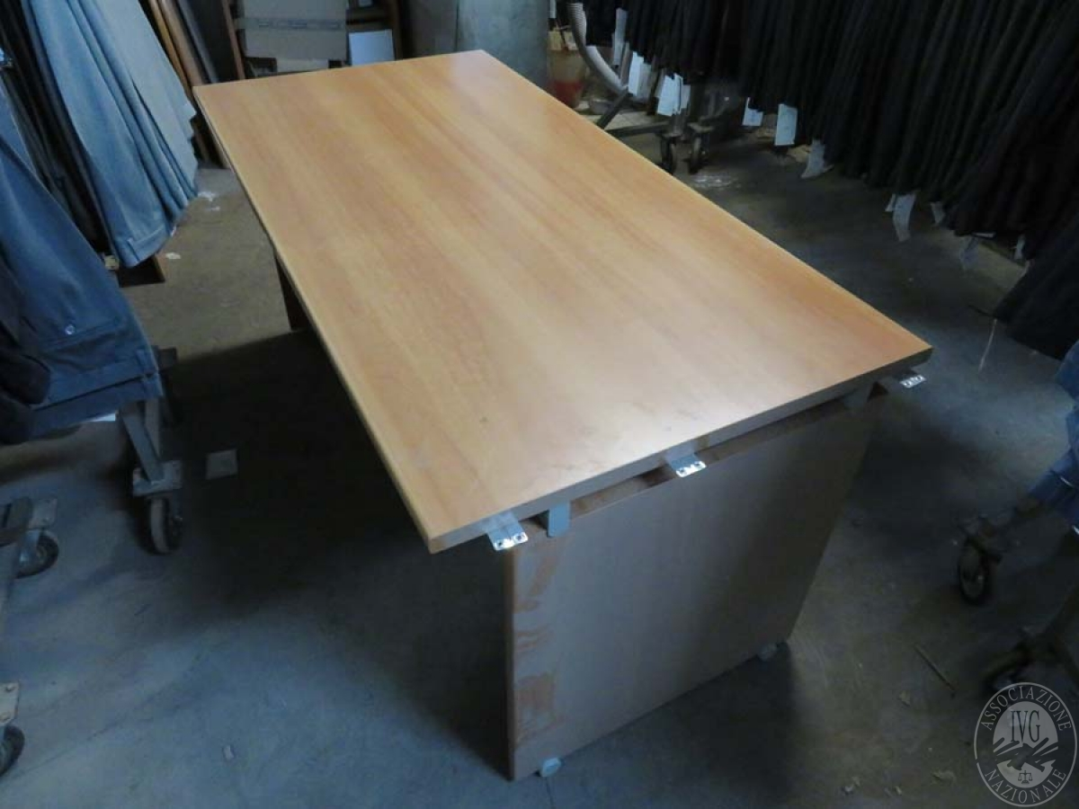 N. 3 scrivanie + stand in ferro + macchine ufficio  GARA ONLINE 31 MAGGIO 2021