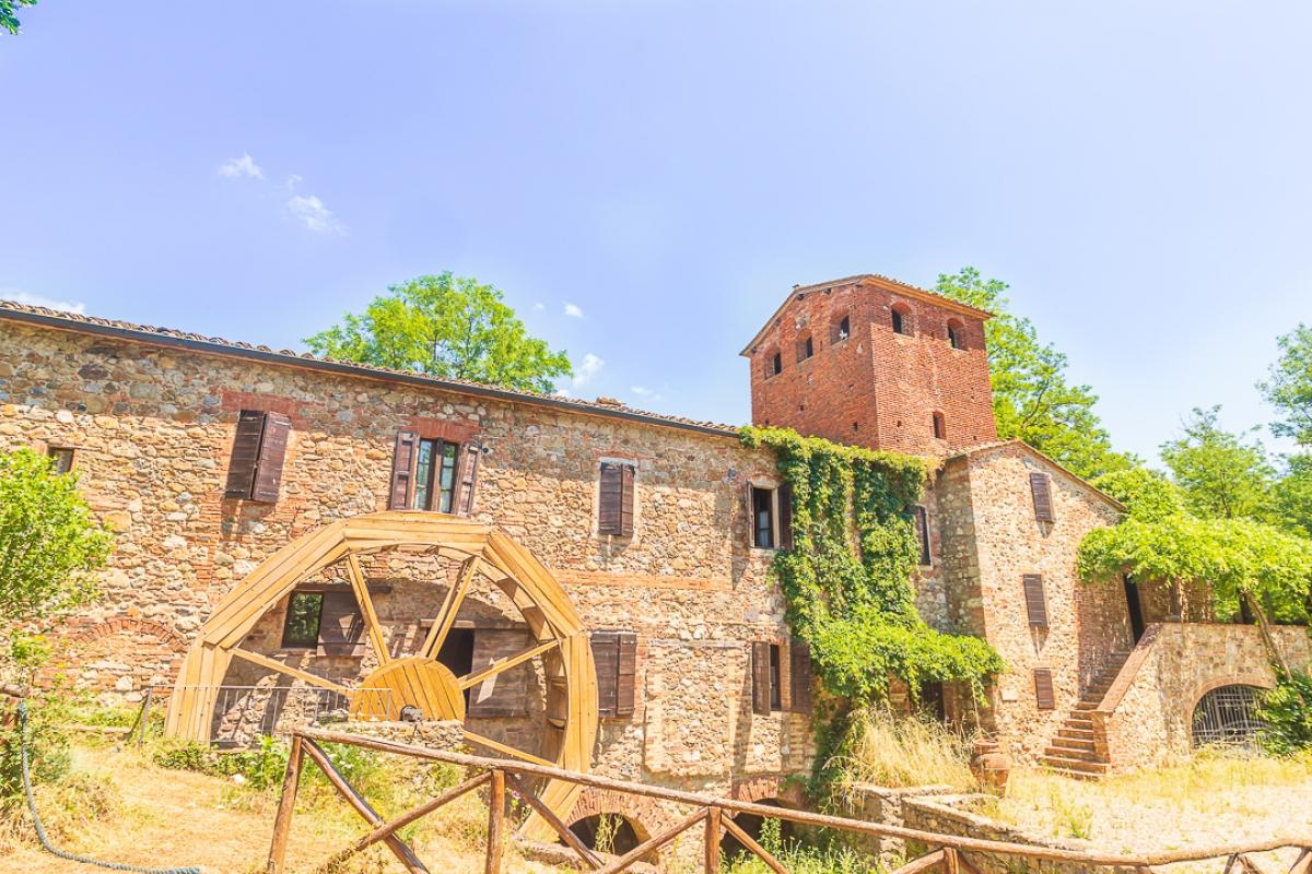Coloniche, mulino e terreni con piscina a Chiusdino in loc. Molino delle Pile