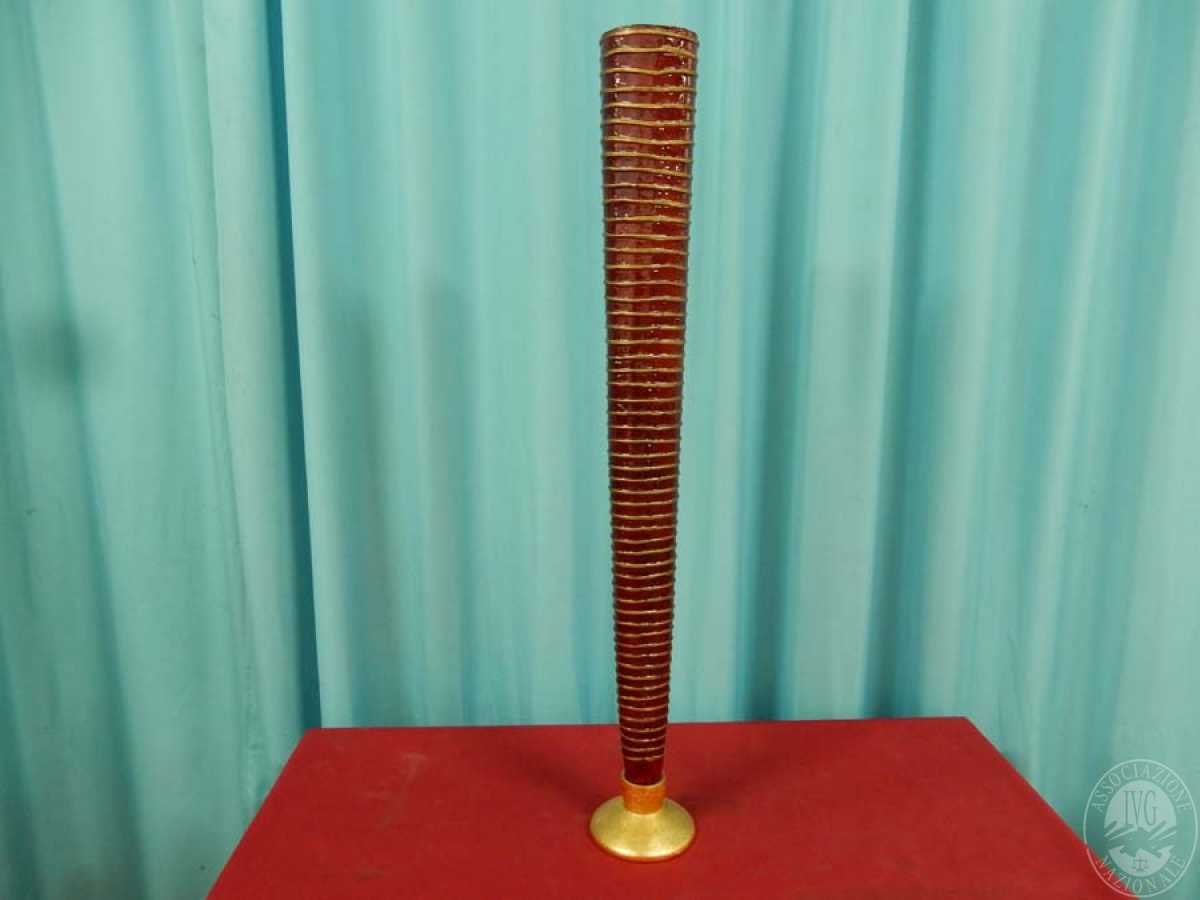 Rif. 25) Vaso conico in resina rossa e rifiniture dorate   GARA ONLINE 15 OTTOBRE 2021