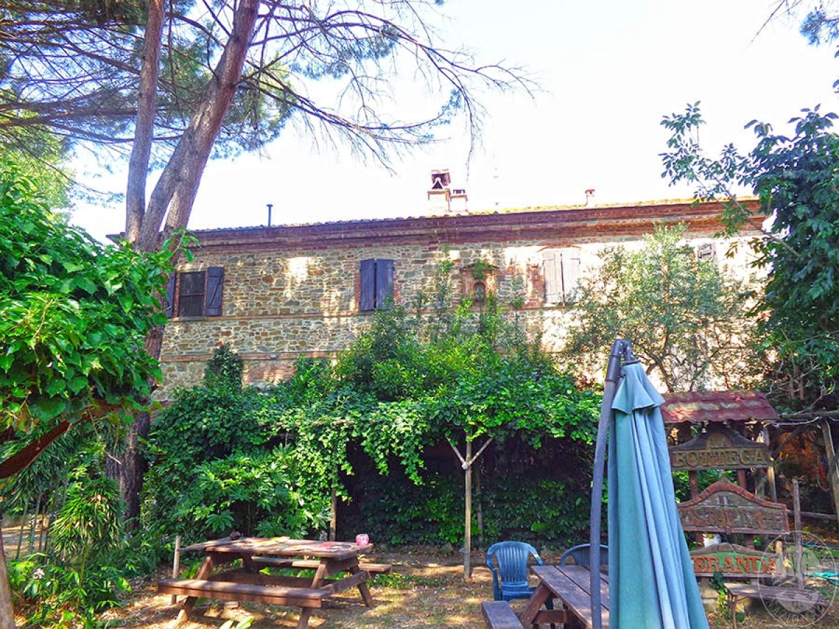 Appartamento, locali commerciali, terreni a MARCIANO DELLA CHIANA in Via dell'Esse