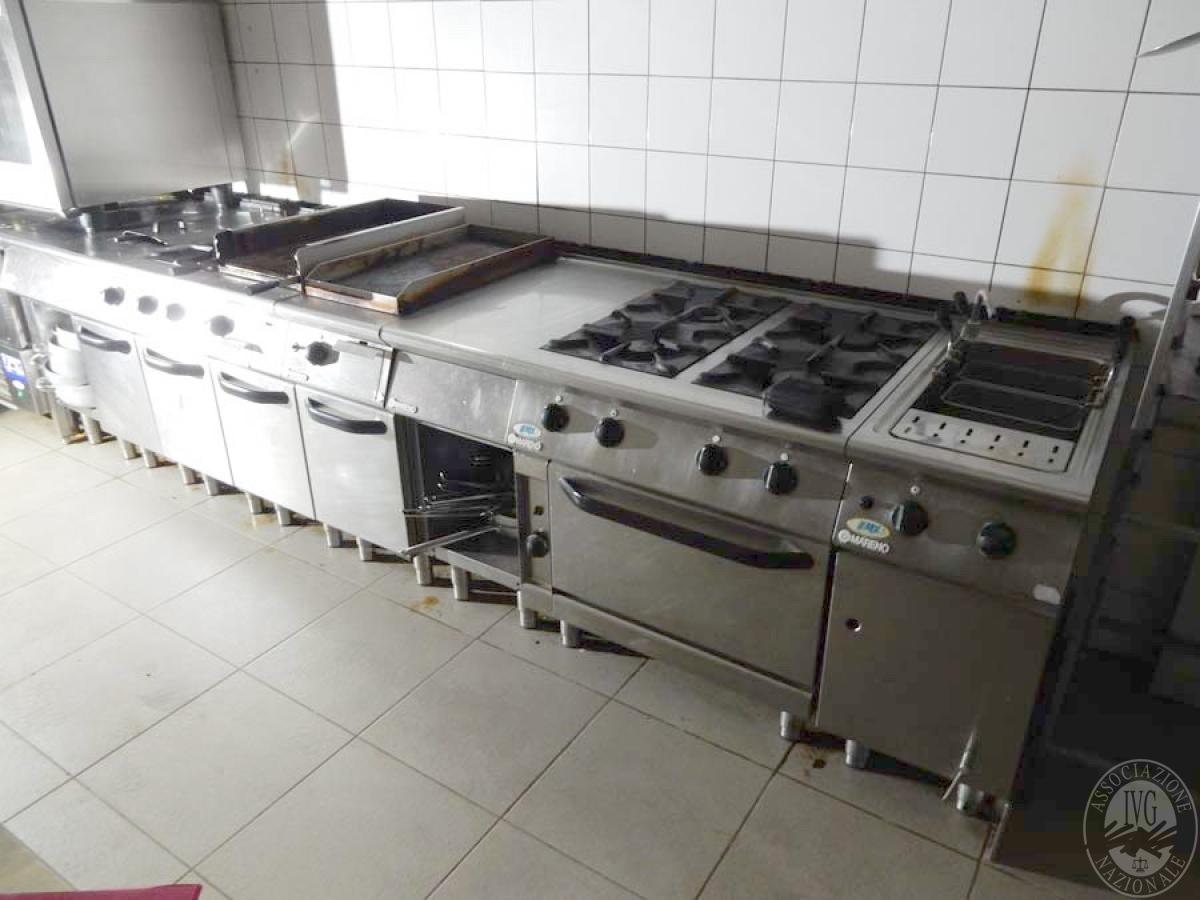 Lotto 18) Piano a 4 fuochi + friggitrice + griglia + piastra, etc.     GARA ONLINE 29 NOVEMBRE 2021