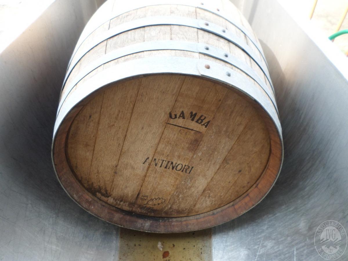 N. 2 botti in legno di cui 1 contenente vino rosso   GARA ONLINE 20 OTTOBRE 2021