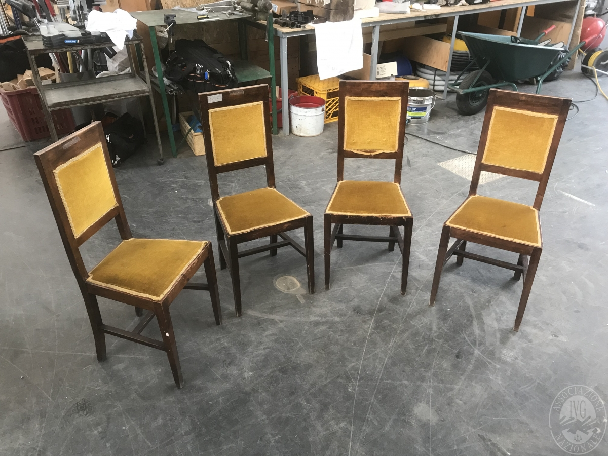 N. 4 sedie in legno seduta in velluto color ocra     GARA ONLINE 25 NOVEMBRE 2021