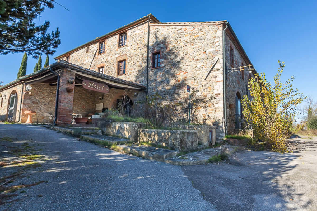 Compendio immobiliare a destinazione turistica a MONTICIANO in loc. Ponte a Macereto -  Lotto 1
